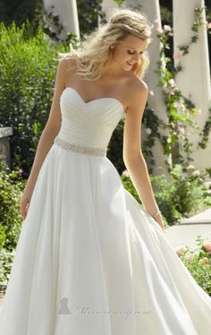 Sweetheart neck line wedding gown. So pretty!!