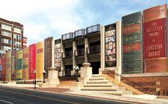 KANSAS CITY PUBLIC LIBRARY (Kansas City, Missouri)  En 2004, en la remodelación de esta biblioteca, sus diseñadores tuvieron la brillante idea de decorar la fachada del aparcamiento exterior con los lomos (gigantes, por supuesto) de 22 de las obras más representativas de la literatura universal, sugeridas primero por los lectores de la misma biblioteca de Kansas City, y luego seleccionadas por el equipo de dirección de la biblioteca.