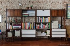 13-decoracao-sala-tijolo-estante-vintage