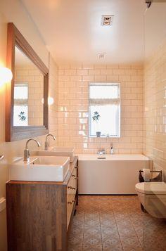 Baderomsinnredning med toppmonterte vasker og stort speil med kraftig ramme gir et solid inntrykk