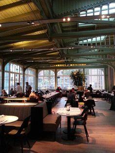 DE PLANTAGE | De mensen van Dauphine en café-restaurant Amsterdam zijn het brein achter deze nieuwe zaak met statige hoge plafonds, marmer, design en het bekende groen dat zo bij Artis hoort. In de keuken staat Koen van Brunschot, die eerder aanvoerder van de keukenbrigade van Hotel de Goudfazant was. En de kaart? Die laat zich omschrijven als mediterraan met hier en daar een veeg uit verre streken. | via @Elleeten