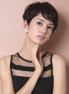 外国人のようなヘアシルエットがポイントです!エリアシは首にはりつくようにタイトにカットしていきます。写真は短めにカットしてありますが長めに残して首にはりつかせてもナチュラルでお洒落になります。後頭部とサイドは少し女性らしい丸みをもたせて、表面は柔らかく動くレイヤーで動かします。耳まわりやエリアシや前髪などもお客様の好みや悩み、顔型にあわせて長さや軽さを調節できるのでどんな方にもオススメできるスタイルです。絶対似合わせるので髪のことならどんな事でも相談してください!一緒に素敵なスタイルを作りましょう!