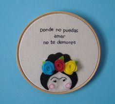 Quadrinho em bastidor de madeira e fundo em linho. Bordado a m�o e apliques em feltro com personagem e frase de Frida Kahlo. <br>Linda op��o de presente ou para dar um toque especial a sua decora��o. <br>Tamanho: 14cm di�metro.