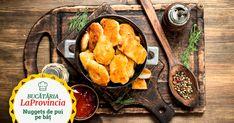 Mod de preparare nuggets de pui Curăță și taie 1 piept de pui LaProvincia în bucăți de circa 5 cm. Rade 100 g parmezan. Apoi, zdrobește 200 g fulgi de porumb cu făcălețul și amestecă-i cu parmezanul. Adaugă 200 g pesmet peste amestecul din pasul 2. Sparge 2 ouă și amestecă-le într-un castron până capătă … Finger Foods, Ethnic Recipes, Finger Food, Snacks