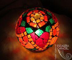 Lámpara realizada por Mariana Gomez http://tallerescaleracaracol.com/artes-del-fuego/mosaico/lamparas/