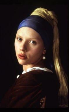 """Scarlett Johansson dans """"La Jeune Fille à la perle"""" (Girl with a Pearl Earring), film de Peter Webber, 2003, adapté du roman de Tracy Chevalier, lui-même inspiré par le tableau de Johannes Vermeer.     La Jeune Fille à la perle ou La Jeune Fille au turban (Meisje met de parel) est un tableau de Johannes Vermeer peint vers 1665, exposé au Mauritshuis de La Haye (huile sur toile, 45 × 40 cm). On l'appelle aussi la « Joconde du Nord »…"""