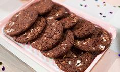 I cookies al doppio cioccolato sono la versione originale dei classici cookies. I biscotti al cioccolato sono arricchiti da gocce di cioccolato bianco: un dolce veloce e facilissimo da fare ma che renderà felice tutti i golosi che sono nei paraggi! Preparazione: In una ciotola mescolate la farina setacciata con il cacao, il lievito e sale: montate  … Continued