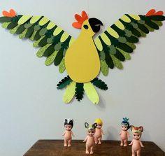 Fabriquez un perroquet multicolore avec votre enfant pour décorer sa chambre ! C'est l'Atelier du Mercredi C-MonEtiquette. Découvrez toutes nos activités...