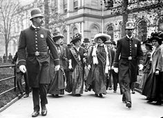 Suffragettes, preceded by policemen, leaving City Hall, New York, 1908 History in Photos: New York City Belle Epoque, Les Suffragettes, Old Photos, Vintage Photos, Iconic Photos, Vintage Art, Vintage Ladies, New York City Hall, Leaving New York