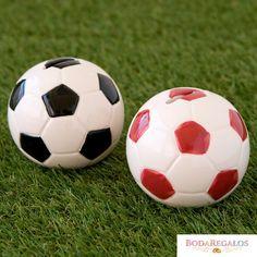 Esta figura para pastel es perfecta para un cumpleaños, una primera comunión o eventos deportivos de un amante del deporte rey. Es un detalle divertido y alegre que además de decorar la tarta es también una hucha. #regalospersonalizados #articulospromocionales #regalospersonales #regalospublicitarios #regalosdeempresa #comunion #cumpleañosinfantiles Soccer Ball, Rey, Pastel, Cheap Gifts, Personalized Gifts, Original Gifts, Football Gift, Piggy Bank, Cake