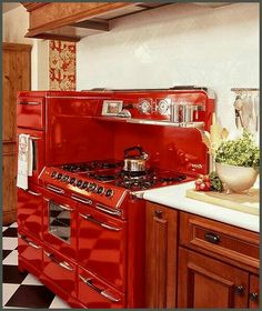 Stunning Red Kitchen Design and Decorating Ideas. Beautiful pictures of modular red color kitchen. Cherry Kitchen Decor, New Kitchen, Kitchen Wood, 1950s Kitchen, Awesome Kitchen, Green Kitchen, Design Kitchen, Kitchen Ideas, Vintage Kitchen Appliances