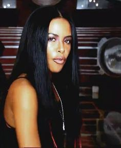 Aaliyah Haughton - centre part straight hair weave Aaliyah Singer, Rip Aaliyah, Aaliyah Style, Aaliyah Outfits, Christina Aguilera, Celebrity Hairstyles, Girl Hairstyles, Short Hairstyle, Rihanna