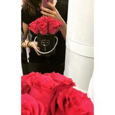 Cóż mam powiedzieć... Decyzja męska, poproszę róż i to pudełeczko. Myślę, że wybór idealny  szczęściara z niej  FORTUNATO #różewpudełkach #roże #love #fashion #fashionblogger #men #polishgirl #polishboy #polishman #polishwoman #kwiatywpudełkach #kwiaty #flowerbox #poweroflove