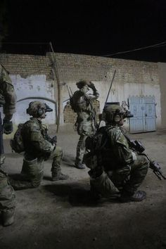 Army Rangers of the Ranger Regiment conduct a nighttime direct action raid on a hostile target in Afghanistan. Military Police, Military Personnel, Military Art, Us Ranger, Airborne Ranger, Us Army Rangers, 75th Ranger Regiment, Military Special Forces, Military Pictures