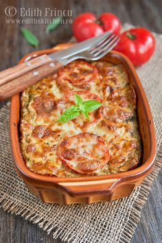 VINETE GRATINATE CU TELEMEA- Inca se mai gasesc vinete pe piata, sper sa mai fie romanesti.. desi am o indoiala. Imi place cam tot ce contine vinete, asa ca reteta asta a venit la - Baby Food Recipes, My Recipes, Cooking Recipes, Healthy Recipes, Keto Eggplant Recipe, Eggplant Recipes, Korn, Good Food, Yummy Food