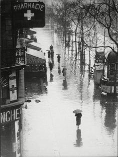 Brassaï, Rue de Rivoli in the rain, Paris, 1935.