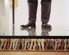 En la web de Talleres de Arte he encontrado está foto del artista coreano Do Ho Suh (gracias una vez más, Jose)...