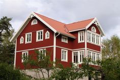 Rött hus med vita knutar och vacker veranda i två plan. Swedish Cottage, Red Cottage, Swedish House, Red Houses, Wooden Houses, Scandinavian Home, House Goals, My Dream Home, Villa