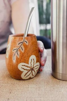Yerba Mate, Wood Carving Art, Mom Day, Ceramic Pottery, Ideas, Cement Leaves, Jars, Vases, Painted Light Fixtures