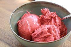 Ik laat je zien hoe je gezond ijs maakt met maar drie ingrediënten. Romig, mega lekker en bovendien: erg gezond! Kan dat echt? Ja zeker!