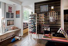 Miniaturas de carrinhos no armário de aço e importantes obras de arte, como a tela de Luiz Zerbini e a boneca de Mônica Piloni (à esq.) - Fotos Otavio Dias