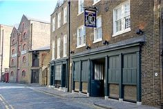 Wapping, London. The Captain Kidd pub in Wapping High Street. Somewhere around here in 1701 the pirate, Captain Kidd, was executed by hanging on Execution Dock hence the name of the pub. The exact location of Execution Dock appears to be unknown except that it was near one of the local docks or wharves. His remains were gibbeted by the river Thames at Tilbury for more than twenty years.