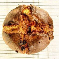 15'inci yüzyılda İtalya'nın Milano kentinden çıkan, şehrin sembolüne dönüşmüş, bir tür tatlı ekmek/kek olan #Panettone zamanla Noel yemeklerinin ve yılbaşı kutlamalarının vazgeçilmezi oldu; tüm dünya çapında ün kazandı. Geleneksel olarak kuru üzüm, limon ve portakal şekerlemesi içerir, yeni yıl arifesi boyunca  #Cantinery'de günlük ve taze pişen bir başka olur.