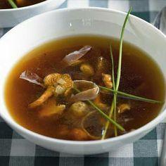 Heldere bouillon met cantharellen Onion Soup Crockpot, Crock Pot Soup, Soup Recipes, Vegetarian Recipes, Christmas Soup, Parmesan Roasted Cauliflower, Xmas Dinner, Soup Mixes, Caramelized Onions