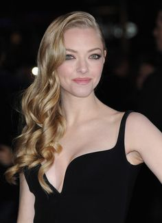 Hair Lookbook: Amanda Seyfried wearing Long Curls (27 of 28). Amanda Seyfried was retro perfection at the 'Les Miserables' premiere with her stunning blond curls pulled gracefully to one side.