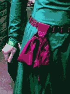 Well-researched instructions for a 14th-century pouch. Pouches with one belt loop were worn by women as well as men; pouches with two belt loops were exclusively male.