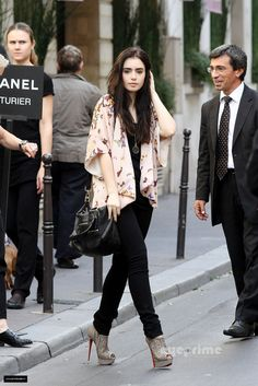 Lily Collins adds a printed kimono, Christian Louboutins to an all black outfit with simple jewelry Look Fashion, Womens Fashion, Fashion Trends, Street Fashion, Fashion 2015, Fashion Heels, Fall Fashion, High Fashion, Fashion Beauty