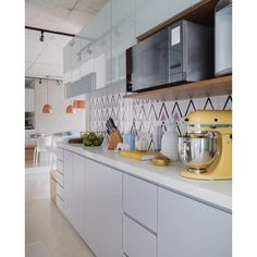 Lurca Azulejos | Azulejos Kit Magreb Lilás no projeto da @spestudio fotografado pela @rafaelrenzo_fotografo | Kit Lilac Magreb - Ceramic Tiles // Shop Online www.lurca.com.br #azulejos #azulejosdecorados #revestimento #arquitetura #reforma #decoração #interiores #decor #casa #sala #design #ceramica #tiles #ceramictiles #ceramic #architecture #interiors #homestyle #livingroom #wall #backsplash #homedecor #saopaulo #sp #lurca #lurcaazulejos