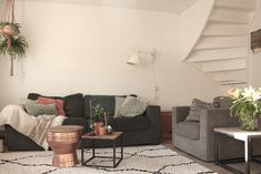 Welke kleurencombinatie voor woonkamer make-over? - Huis vol Karakter Couch, Furniture, Home Decor, Homemade Home Decor, Sofa, Sofas, Home Furnishings, Interior Design, Couches