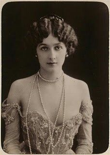 1900 funny--I have a picture of this lady on a fancy handsoap dispenser.  I wonder who she is...