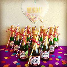 """Perfekt für den JGA, perfekt für unterwegs: unsere kleinen Piccolo Flaschen - so kann das """"Team Braut"""" immer und überall auf die Braut anstoßen."""