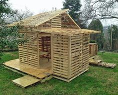 garten bank 27 creative pot bank ideas to gardening more S / Pallet Barn, Pallet Shed, Wood Shed, Pallet Building, Building A Pergola, Pallet House Plans, Pallet Patio Furniture, Free Shed Plans, Wooden Pallet Projects