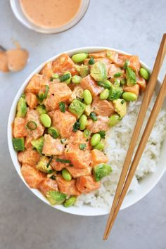 salmon poké bowl with creamy togarashi sauce || perfect for days when you don't want to use the oven!! recipe from http://cookingwithcocktailrings.com