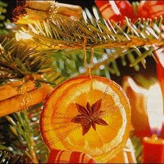 how to dry orange slices- Dried orange slices and spices (cinnamon sticks!) in the tree… Super pretty, and I& bet it smells yummy, too. Noel Christmas, Country Christmas, Christmas Colors, Winter Christmas, Christmas Oranges, Dried Orange Slices, Dried Oranges, Dried Fruit, Christmas Projects