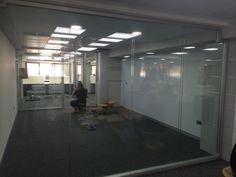 Estamos a punto de terminar la instalación en planta 2ª. Al fondo, nuestro operario perfilando la cerradura y manivela en la puerta acústica. Madrid, Offices