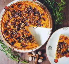 Tarte de potimarron au roquefort et noisettes, spécialement conçu pour cette belle saison d'automne ! Elle fera des heureux avec une simple salade ou des carottes râpées.  #tarte #tartesalée #potimarron #recetteautomne #recette #roquefort #noisette #tartefacile #patebrisee