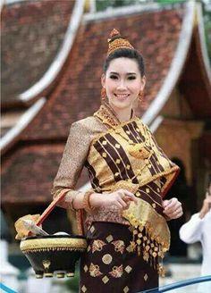 Lao Luang Prabang style sinh Laos Culture, Culture Of Thailand, Thai Fashion, Womens Fashion, Laos Wedding, Filipiniana Dress, Korean Hanbok, Thai Dress, Couture Collection
