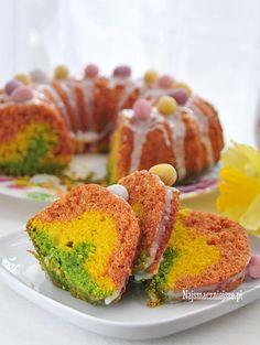 Kolorowa babka wiosenna z warzywami, bez dodatku sztucznych barwników, delikatna, pachnąca i wilgotna. Babka w sam raz na Wielkanocny stół.