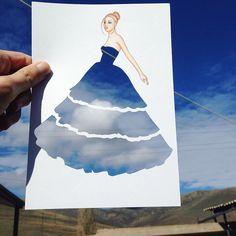 Edgar Artis ist ein sehr begabte Modeillustrator. Er malt Models auf das Papier und schneidet das Kleidungsstück aus. Danach hält er seinen Entwurf vor einem beliebigen Hintergrund. Seine wunderschönen Kleider sind wahre Hingucker.