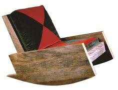 FOTO6 - Cadeira de balanço Astúrias, de Carlos Motta. Segundo Zanini, o designer mantém a tradição brasileira do uso de madeira de forma consistente