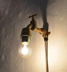 Good Unser Lichthahn gefertigt aus einem Messingwasserhahn mit goldenem Kabel und Wandhalterung YmirProduct DesignSteampunk