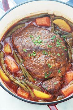 Rôti de boeuf braisé dans une cocotte, très tendre et plein de saveurs. C'est une recette facile et inratable. Un plat complet avec des légumes (haricots verts, pommes de terre, carottes, oignons, tomates). Le rôti est mijoté longuement, à feu doux. En fin de cuisson, la viande est moelleuse et juteuse. Idéal pour le repas de dimanche et pour avoir des restes pour les jours de semaine. French Dishes, Salty Foods, Batch Cooking, Pot Roast, Soul Food, Carne, Meal Prep, Food And Drink, Healthy Recipes