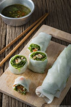 Spring Rolls- Vary the filling of the rolls: add rice vermicelli, minced roast pork, cucumber, omelette strips. There are even sweet spring rolls! Rice Paper Spring Rolls, Rice Vermicelli, Fast Dinner Recipes, Asian Recipes, Ethnic Recipes, Slow Food, Pork Roast, Fresh Rolls, Tapas