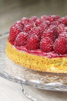 Voici une délicieuse tarte pistache framboise composée d'un sablé recouvert de moelleux pistache, d'un confit de framboises et de framboises fraîches.