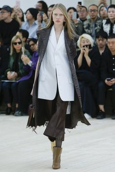 See the complete Céline Spring 2017 Ready-to-Wear collection.