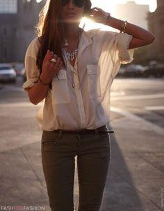 kivan väriset housut, passaa hyvin valkoisen paidan kanssa